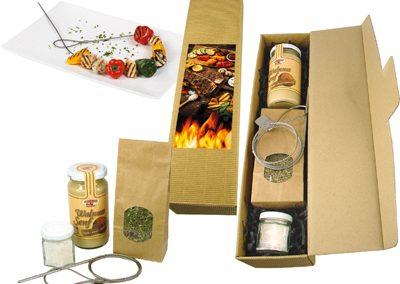 Grilio kepimo rinkinio dėžutė (barbekiu viela, 15 g jūros druskos, 10 g BBQ prieskonių, riešutmedžio garstyčios)